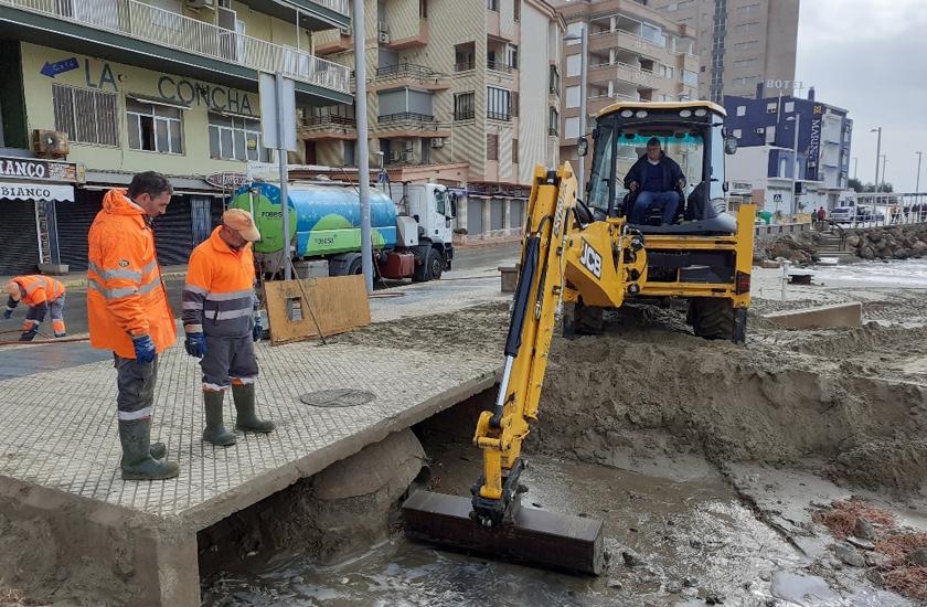 FOBESA dedica un operativo especial integrado por medio centenar de operarios a recuperar la costa entre Benicàssim y Peñíscola